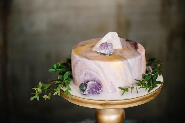 Gâteau de marbre élégant avec des pierres, des cristaux. Photo Premium