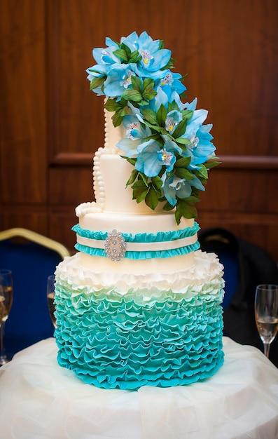 Gâteau De Mariage Blanc Avec Des Fleurs Et Des Myrtilles. Photo Premium