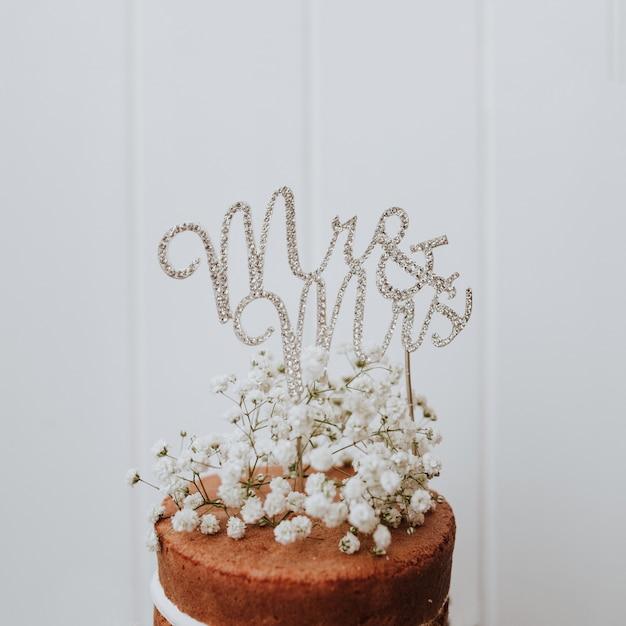 Gâteau de mariage avec décoration paniculata et mr et mme topper Photo gratuit