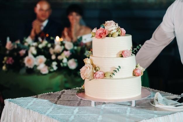 Gâteau De Mariage élégant Au Mariage En Trois Niveaux. Photo Premium