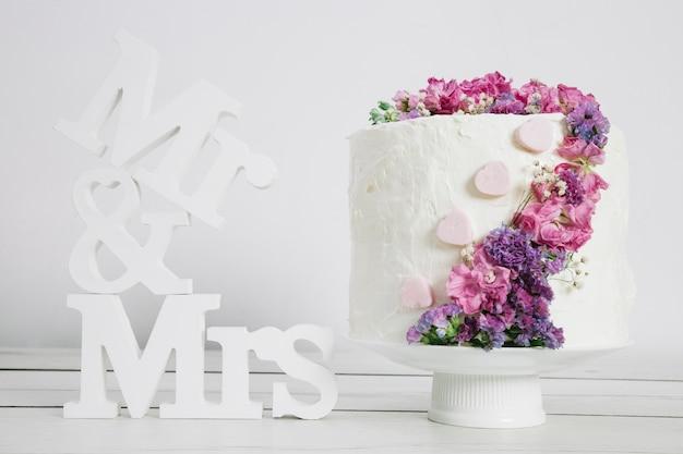 Gâteau de mariage avec des fleurs Photo gratuit