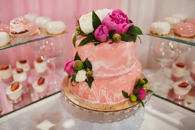 Gâteau de mariage avec des fleurs Photo Premium