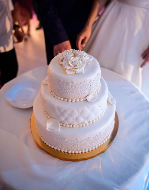 Gâteau De Mariage De Luxe Décoré De Perles De Glaçure Et De
