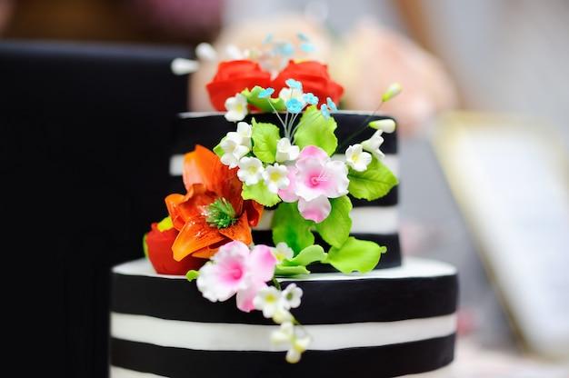 Gâteau De Mariage En Or Décoré De Fleurs En Sucre Blanc. Sweet Table Sur La Fête De Mariage Photo Premium