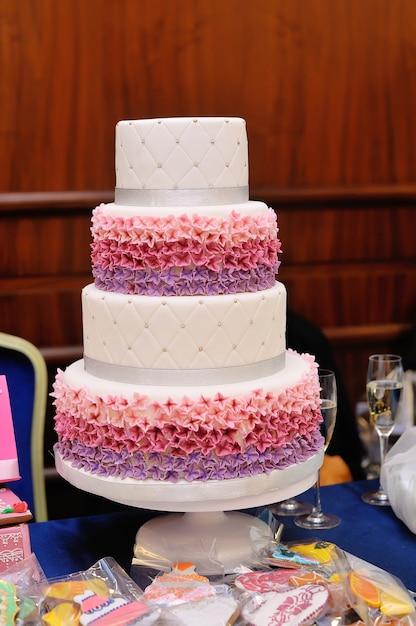 Gâteau De Mariage à Quatre Niveaux. Photo Premium