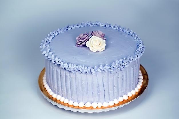 Gâteau de mariage avec des roses. Photo Premium