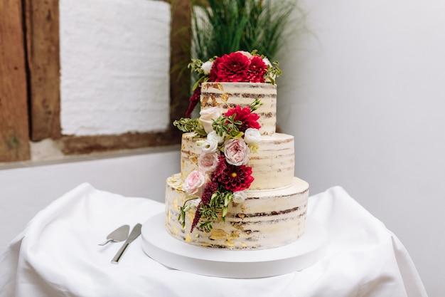 Gâteau de mariage sur la table. beau décor coloré petit gâteau gâteau de mariage Photo Premium