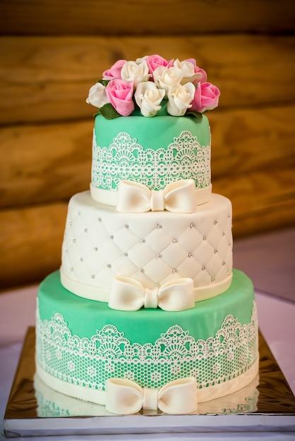 Un gâteau de mariage traditionnel et décoratif lors d'une réception de mariage. Photo Premium