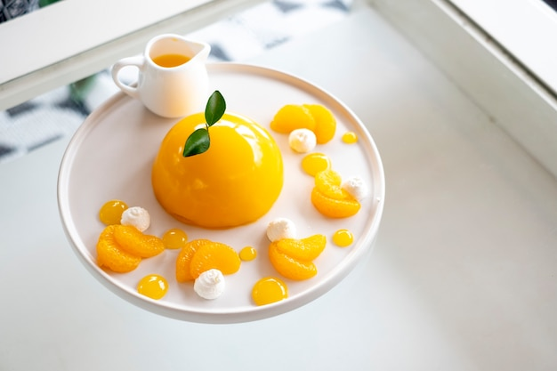 Gâteau minimal aux fruits à l'orange Photo gratuit