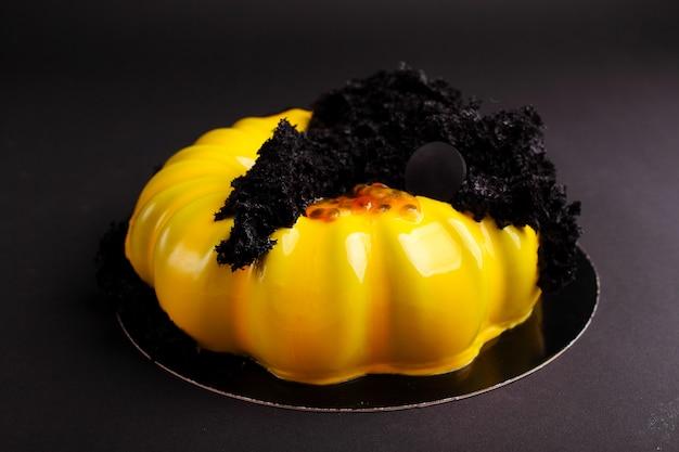 Gâteau à la mousse de baies dans le glaçage miroir. sur le fond noir Photo Premium