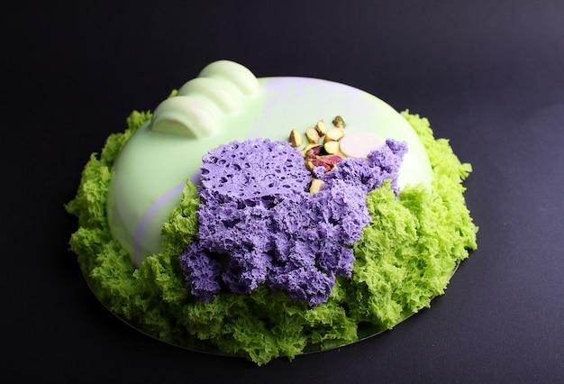 Gâteau à la mousse de baies dans le miroir glacé décoré avec un biscuit moléculaire. sur le fond noir Photo Premium