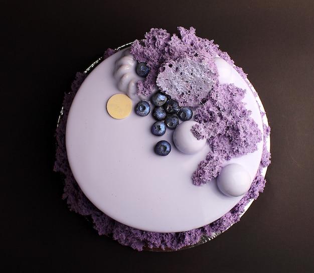 Gâteau à la mousse de baies avec glaçure miroir. avec décor à la myrtille et au caramel Photo Premium