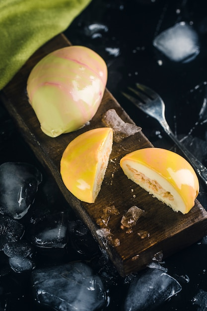 Gâteau mousse jaune Photo Premium