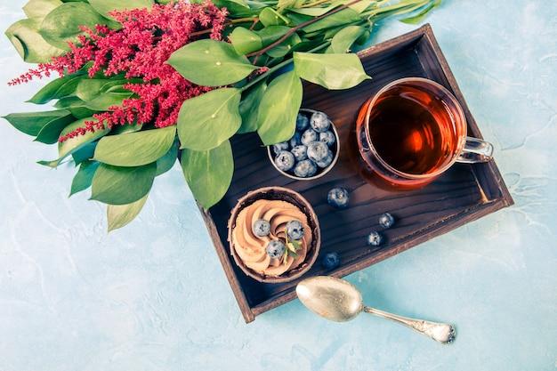 Gâteau, myrtille, fleurs rouges Photo Premium