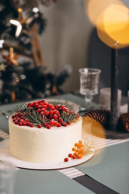 Gâteau de noël décoré de fruits rouges Photo gratuit