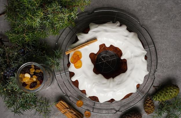 Gâteau De Noël, Décoré De Houx De Noël Photo Premium