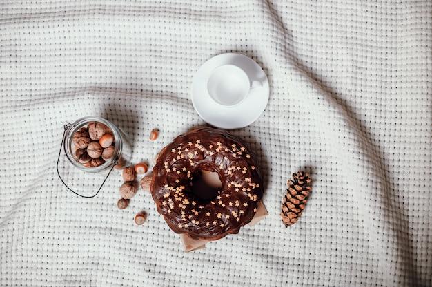 Gâteau De Noël Traditionnel Avec Des Biscuits étoiles à La Cannelle Photo Premium