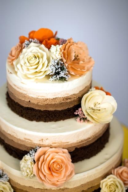 Gâteau nu. gâteau rustique de mariage avec des fleurs. Photo Premium