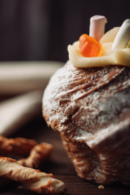 Gâteau De Pâques élégant Avec Des Guimauves Et De La Gelée Porte Sur Un Fond En Bois Rustique Foncé. Photo Premium