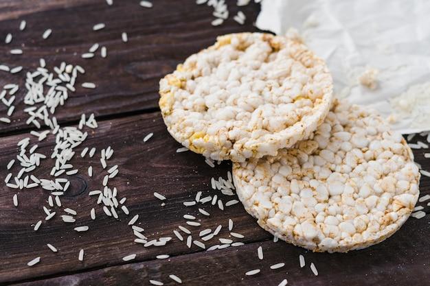 Gâteau de riz soufflé et grains sur une table en bois Photo gratuit