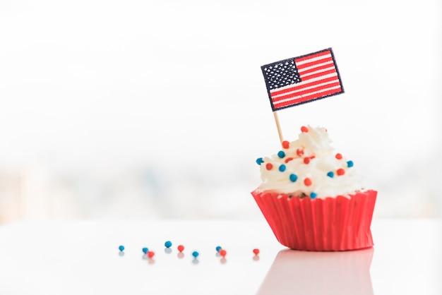 Gâteau saupoudré et drapeau usa Photo gratuit