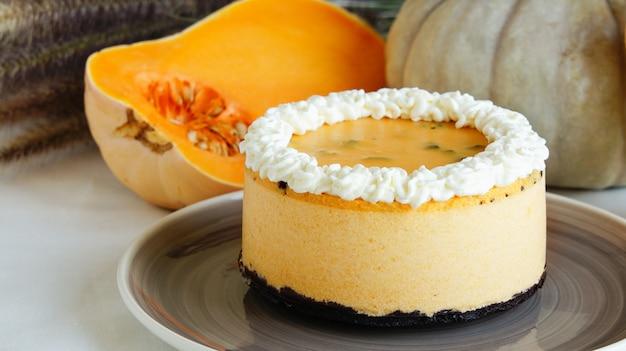 Gâteau soufflé à la citrouille avec miettes de coockies Photo Premium