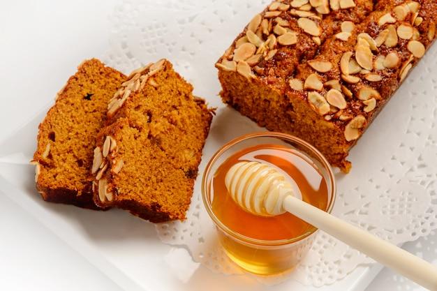 Gâteau Sucré Au Miel Et Aux Amandes Photo Premium