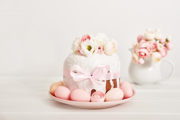 Gâteau Sucré De Pâques Avec Des Fleurs Et Des œufs Photo Premium
