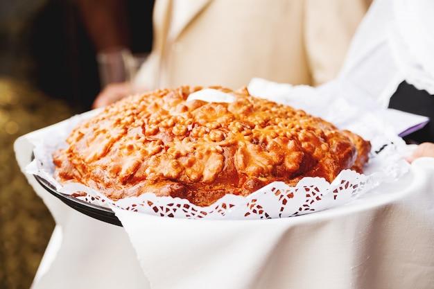 Gâteau traditionnel pour accueillir les nouveaux mariés au mariage. Photo Premium