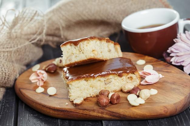 Gâteau sur vieux bois Photo Premium