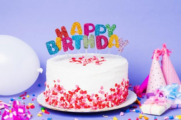 Gâteau vue de face avec lettrage joyeux anniversaire Photo gratuit