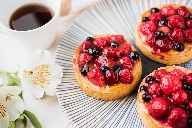 Gâteaux Avec Arrangement De Fraises Photo gratuit
