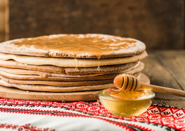 Gâteaux Au Miel Au Four Pour Le Gâteau En Tas Sur Une Table En Bois. Photo Premium