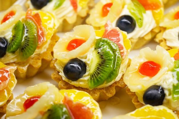 Gâteaux aux fruits colorés Photo Premium