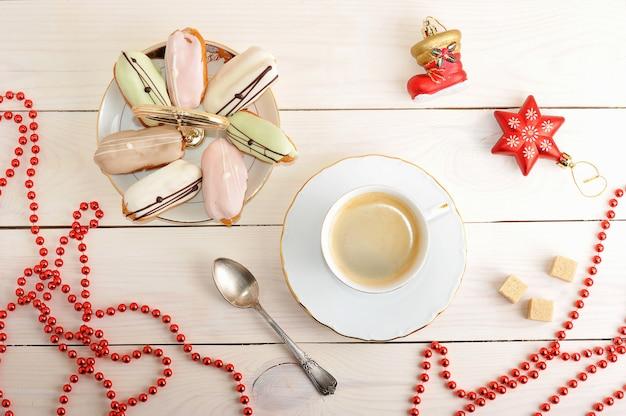 Gâteaux Dans Un Plat Et Café Avec Des Jouets De Noël Et Des Perles Photo Premium
