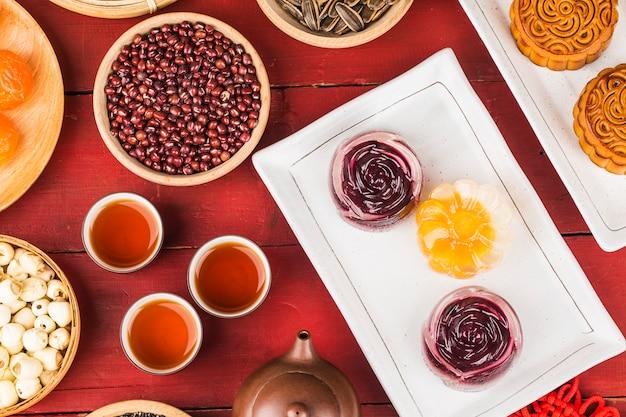 Gâteaux de lune traditionnels sur le réglage de la table avec une tasse de thé. Photo Premium