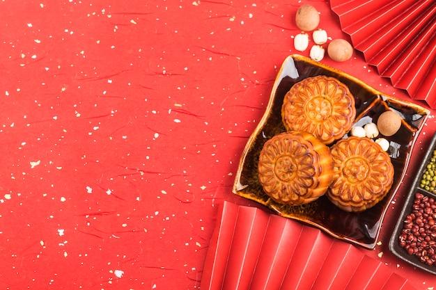 Gâteaux De Lune Traditionnels Sur Table Avec Tasse De Thé Photo Premium