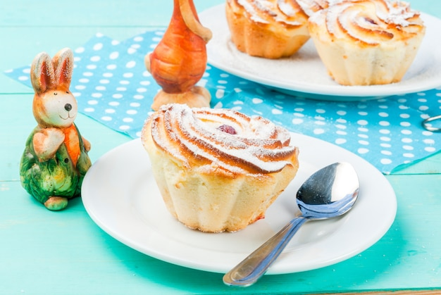 Gâteaux de pâques et lapins Photo Premium