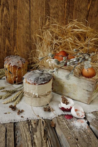 Gâteaux de pâques et oeufs de pâques dans une boîte en bois vintage Photo Premium