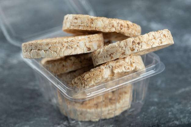 Gâteaux De Riz Croustillants Dans Un Récipient En Plastique Photo gratuit