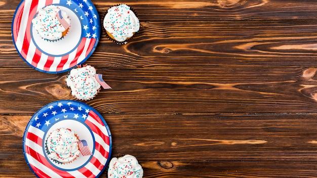 Gâteaux sucrés drapeaux américains sur assiettes Photo gratuit