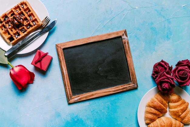Gaufre belge avec croissants et tableau Photo gratuit