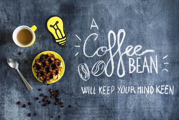 Gaufres au chocolat; tasse à café et ampoule à découper en papier avec texte sur tableau noir Photo gratuit