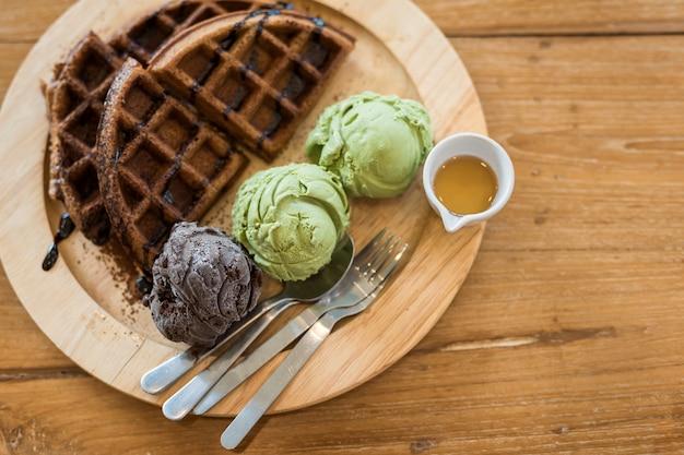 Gaufres au thé vert et glace au chocolat Photo Premium