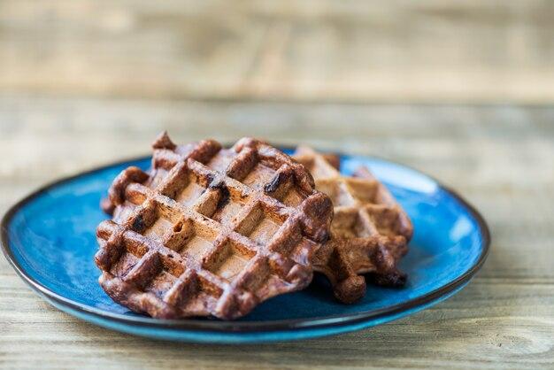 Gaufres belges au chocolat sur fond rustique foncé Photo Premium