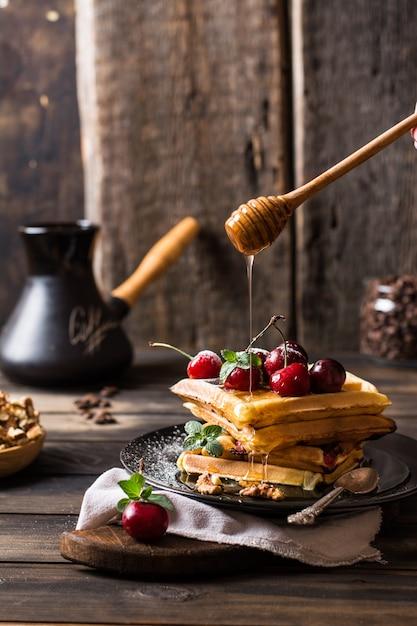 Gaufres Belges Au Miel. Cerises. Grains De Café Dans Un Bocal En Verre. Photo Premium