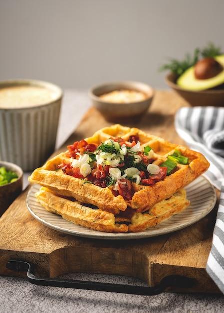 Gaufres Belges Bacon Et Oignons, Café, Savoureux Petit Déjeuner, Gros Plan Photo Premium