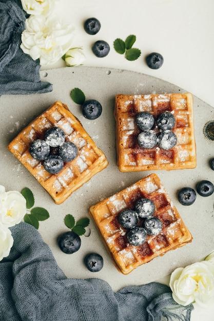 Gaufres belges avec baies fraîches et menthe Photo Premium