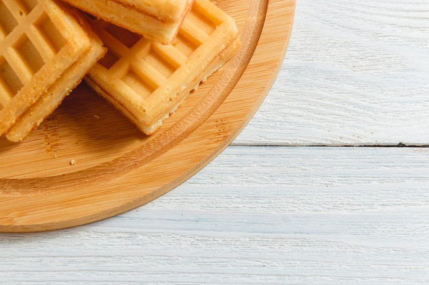 Gaufres faites maison avec confiture sur une vieille table en bois Photo Premium
