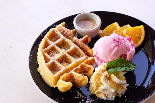 Gaufres maison servies avec de la glace à la fraise. dessert sucré. Photo Premium